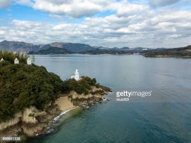 西日本の砂浜の海岸線に沿って灯台の航空写真
