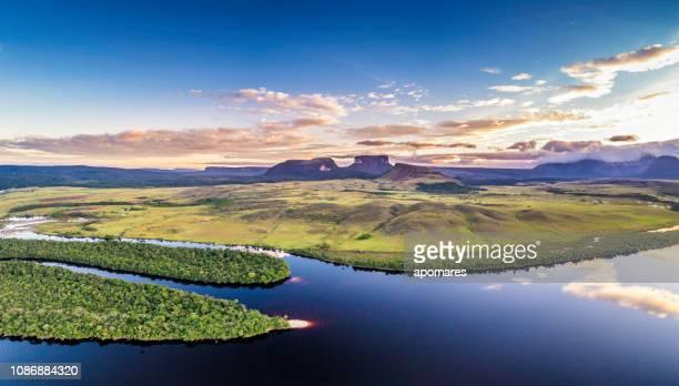 vista panorámica aérea mañana de tepuyes del parque nacional canaima y el río carrao en ucaima - la gran sabana fotografías e imágenes de stock
