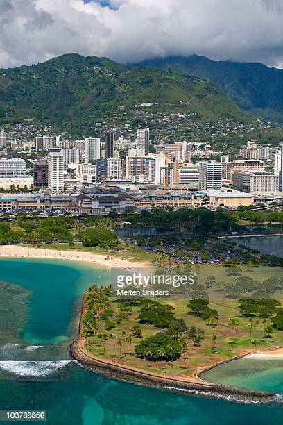 aerial of aina moana state recreation area (magic island) and honolulu skyline. - merten snijders stockfoto's en -beelden