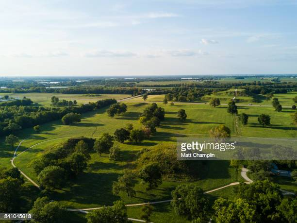 aerial of cahokia mounds pyramids in illinois, usa - illinois photos et images de collection