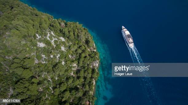 aerial of cruise ship ms romantic star (reisebüro mittelthurgau) and coastline, near mljet, dubrovnik-neretva, croatia - kreuzfahrtschiff stock-fotos und bilder