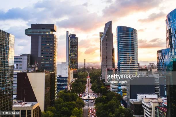 aerial of mexico city cbd and diana the huntress fountain (fuente de la diana cazadora) at sunset - mexico city stock-fotos und bilder