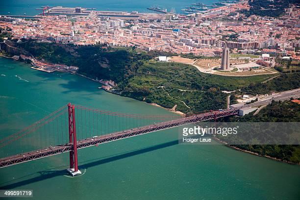 aerial of ponte 25 de abril bridge and cristo rei - statua di cristo re foto e immagini stock