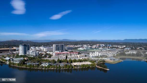 antenne de bâtiments résidentiels et commerciaux belconnen du lac ginninderra - canberra photos et images de collection