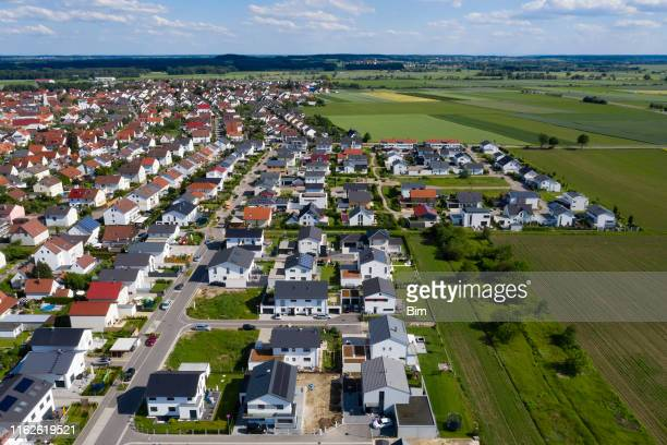 antenne von wohnviertel - dorf stock-fotos und bilder