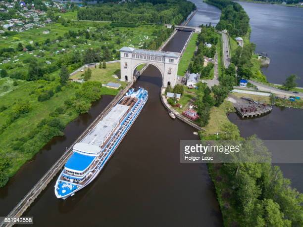aerial of river cruise ship excellence katharina of reisebüro mittelthurgau (formerly ms general lavrinenkov) departing uglich lock on volga river, uglich, russia - volga stock pictures, royalty-free photos & images
