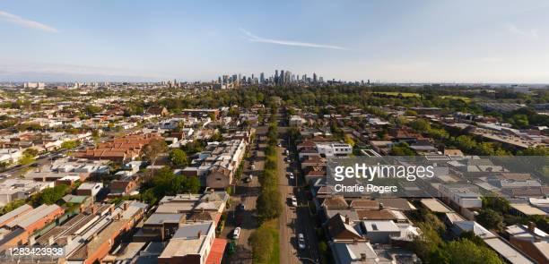 aerial of suburban melbourne and cbd - etalement urbain photos et images de collection