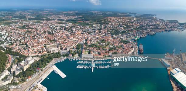 美しい街で有名なアレーナ円形劇場、マリーナや港、クロアチア プーラの空中 - イストリア半島 プーラ ストックフォトと画像