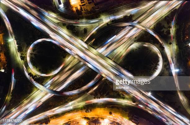 aérien de la circulation sur les autoroutes - infini photos et images de collection