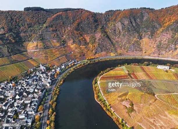 luchtfoto van wijngaarden in de lus van de mosel in de buurt van bremm op herfst, rijnland-palts, en maakt - moselle stockfoto's en -beelden