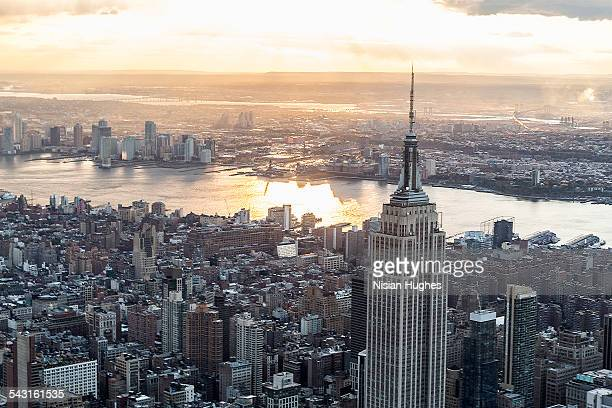 aerial over manhattan, empire state building - nova jersey - fotografias e filmes do acervo
