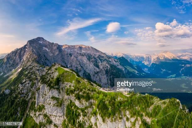 luftbild von berchtesgaden mit adlernest, hoher göll und kehlstein - oberbayern stock-fotos und bilder