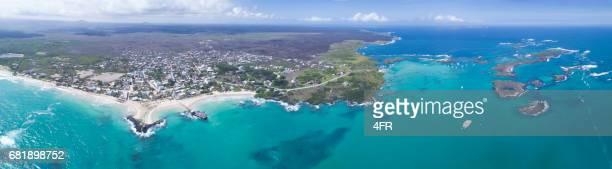 panorama aéreo de la isla isabela con las tintoreras, las islas galápagos, ecuador - parque nacional galápagos fotografías e imágenes de stock