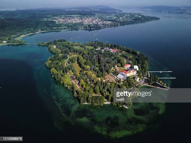 luchtpanorama van het eiland van mainau op kalme ochtend bij meer constance (bodensee), duitsland - bodenmeer stockfoto's en -beelden