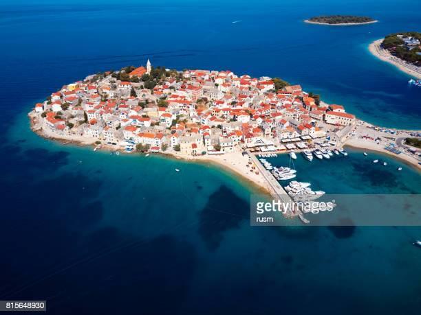 Aerial Panorama von Marina und Resort Adria Stadt Primosten, Kroatien.