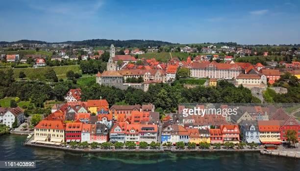panorama aéreo del casco antiguo de meersburg en el lago constanza (bodensee), alemania - lago constanza fotografías e imágenes de stock
