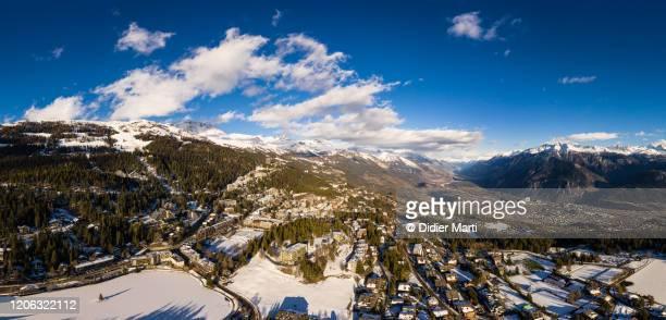 aerial panorama of the crans-montana ski resort in the swiss alps in canton valais on a sunny winter day - crans montana - fotografias e filmes do acervo