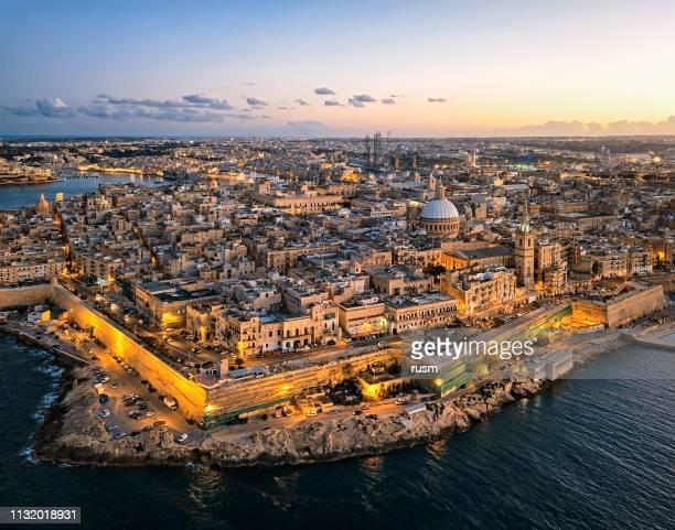 panorama aéreo del casco antiguo de la valeta al atardecer, malta - malta fotografías e imágenes de stock