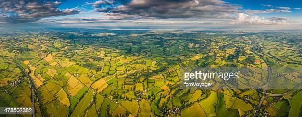 Panoramique Vue aérienne au-dessus de terrains vert patchwork pays villages et les autoroutes