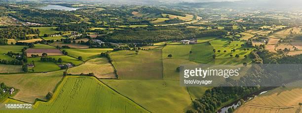 Aerial Panoramablick über patchwork-Landschaft mit Landwirtschaft Felder