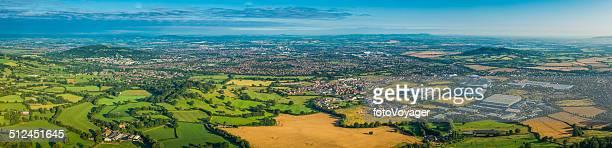 Vue panoramique sur la ville et de la banlieue de champs verts de l'été dans la campagne
