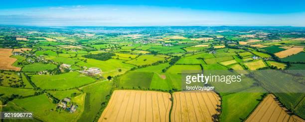 Malerische Patchwork Aerial Panorama Weide Farmen Felder ernten Dörfer