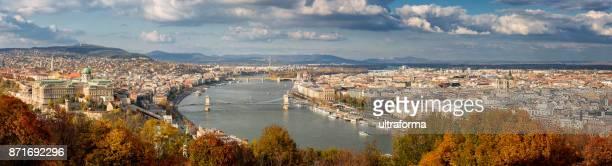 aérea panorâmica vista da cidade de budapeste na temporada de outono - ponte széchenyi lánchíd - fotografias e filmes do acervo