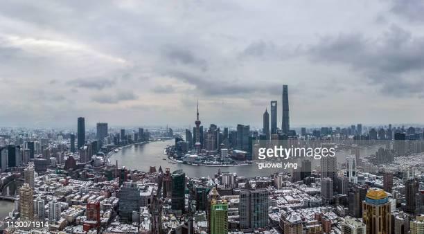 aerial panoramic skyline of shanghai under heavy snowfall - 目的地 fotografías e imágenes de stock