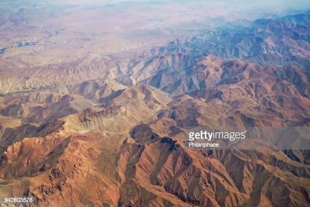 vue panoramique aérienne à la chaîne de montagnes au désert d'avion au-dessus de pakistan - afghanistan photos et images de collection