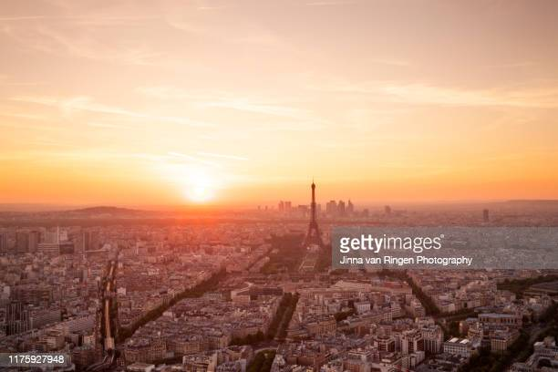 aerial paris skyline sunset at golden hour - coucher de soleil photos et images de collection