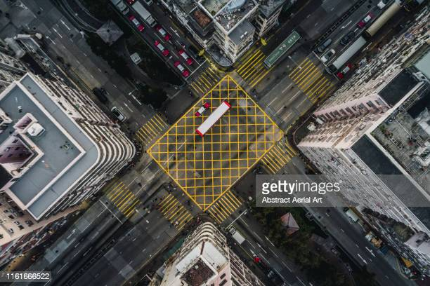 aerial perspective of city road intersection, kowloon, hong kong - quadrado composição - fotografias e filmes do acervo