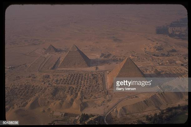 Aerial perspective on Great Pyramiddominated Pyramids of Giza 1990