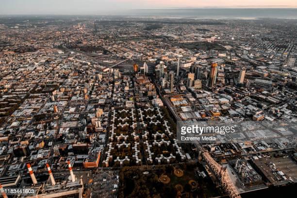 夕暮れ時に撮影されたニューヨーク州クイーンズのレイブンズウッド発電所とクイーンズブリッジノースハウジングアパートの航空写真 - ニューヨーク市クイーンズ区 ストックフォトと画像