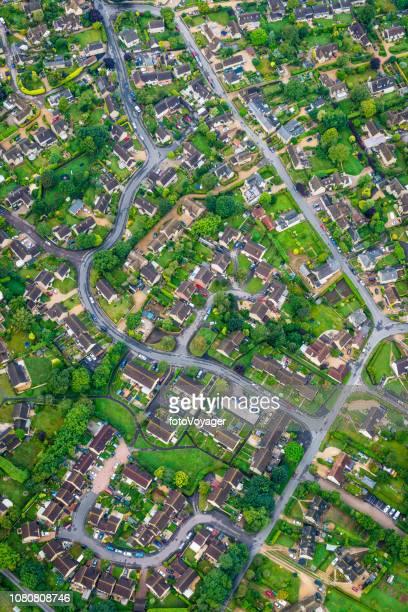 aerial photograph of family homes suburban housing development green gardens - inquadratura da un aereo foto e immagini stock