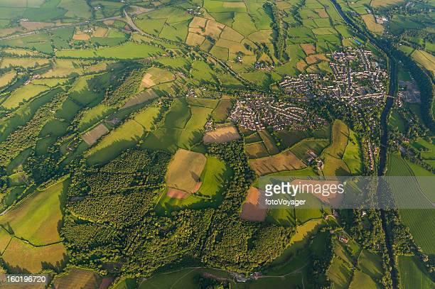 Luftaufnahme über idyllischen Dörfern und grüne Felder