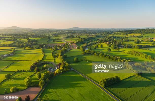 luchtfoto landelijke landschap boerderijen dorpen pittoreske groene lappendeken weiland - landelijke scène stockfoto's en -beelden