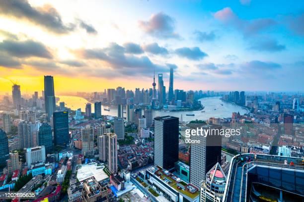 上海外灘の日の出のスカイラインでの航空写真の鳥瞰図 - 見渡す ストックフォトと画像