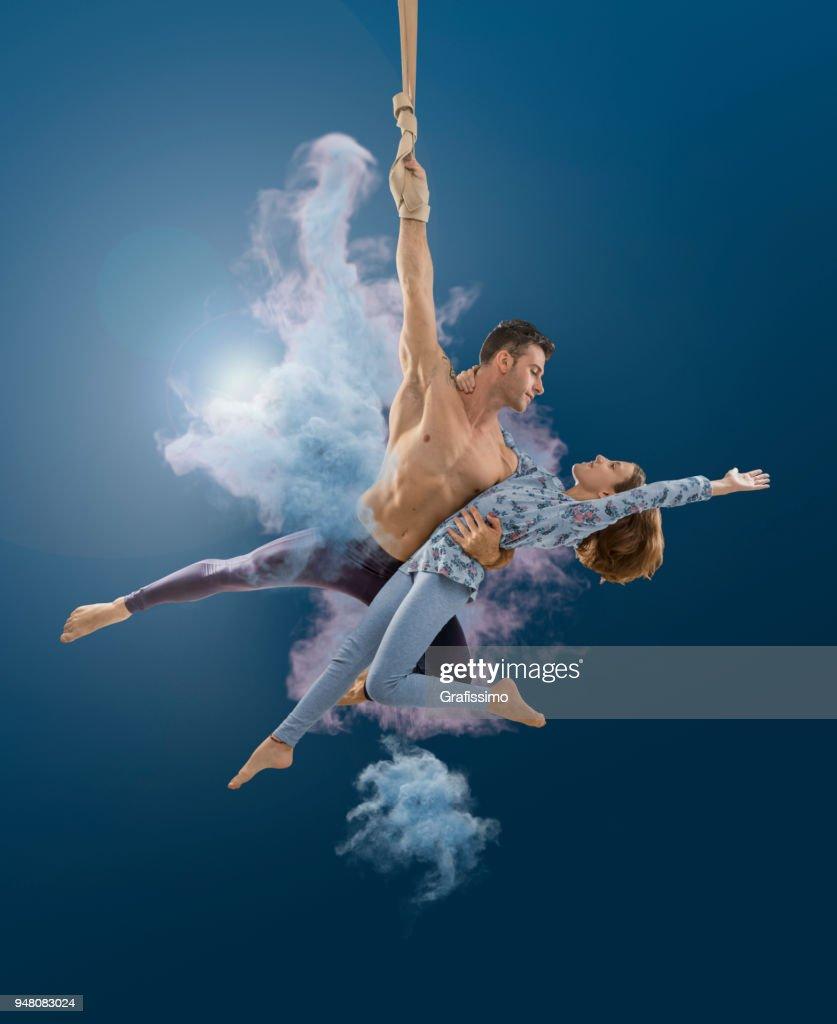 Pareja de artistas aéreos cuerda en el aire en el circo : Foto de stock