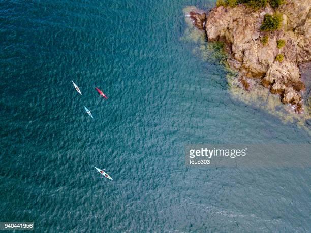 foto aérea de um pequeno grupo de povos mar caiaque - remo atividade física - fotografias e filmes do acervo