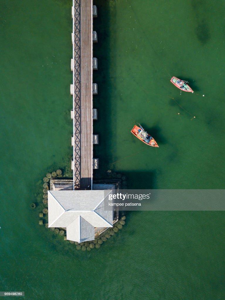Aerial shot of Asadang wood bridge at Sichang island Thailand, Koh Sichang, Beautiful Wood bridge in Thailand, Travel Thailand : Stock-Foto