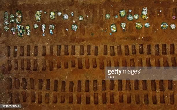tiro aéreo de cemitério criado para vítimas de covid-19 - cemitério - fotografias e filmes do acervo
