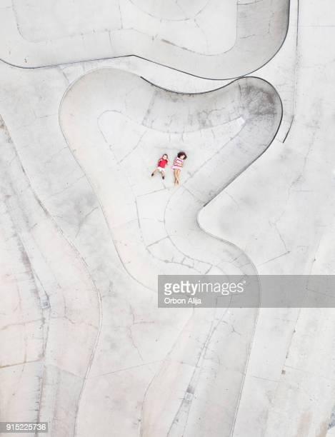 luchtfoto van kinderen liggend op skatepark - skateboardpark stockfoto's en -beelden