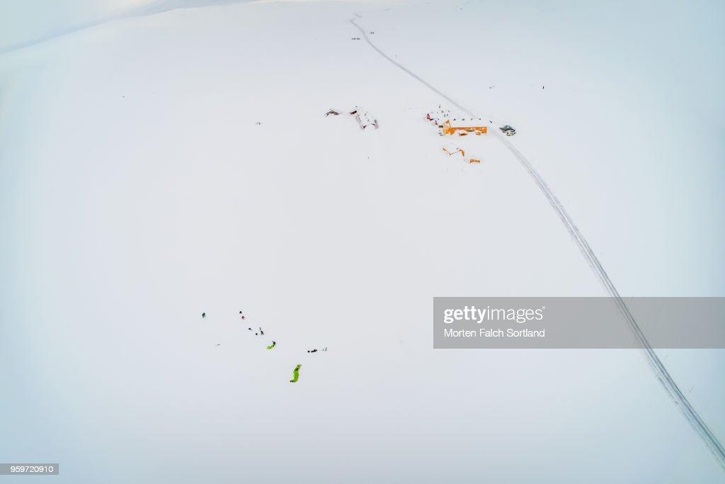 Aerial Shot of Kiteskiers in the Snow-Covered Hardangervidda National Park, Norway Wintertime : Stock-Foto