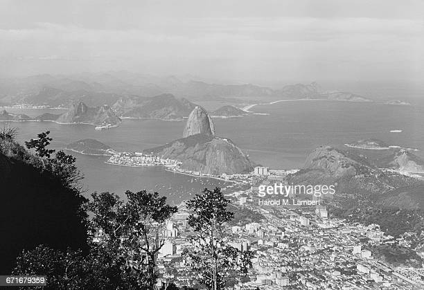 aerial shot of sugarloaf mountain and city - {{relatedsearchurl(carousel.phrase)}} imagens e fotografias de stock