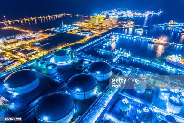 aerial shot oil refinery. - tanque de armazenamento imagens e fotografias de stock