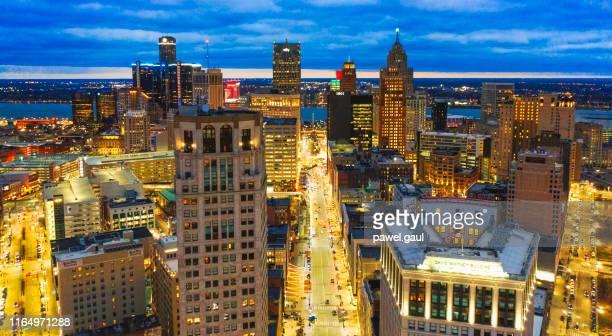 夜のミシガン州とデトロイトのダウンタウンの空中スカイライン - デトロイト ストックフォトと画像