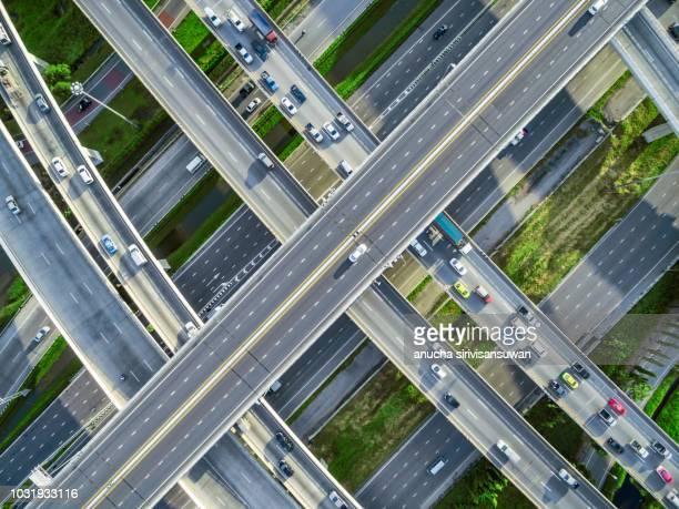 aerial top view city traffic road on 4-way street intersection circle roundabout in bangkok, thailand. - haut photos et images de collection