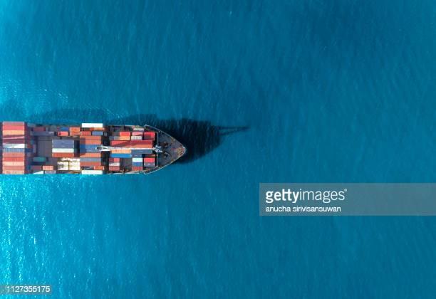 aerial top view container ship runing have wave in green sea, bangkok, thailand. - recipiente fotografías e imágenes de stock