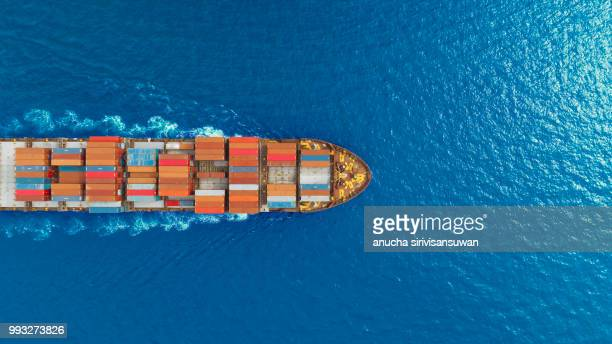 aerial top view container ship runing have wave in green sea, bangkok, thailand. - watervaartuig stockfoto's en -beelden