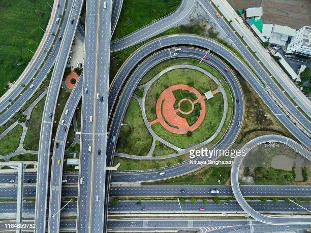 aerial top view, expressway road intersection, traffic in bangkok, chaiyaphruek road, nonthaburi, thailand. - bovenkleding stockfoto's en -beelden